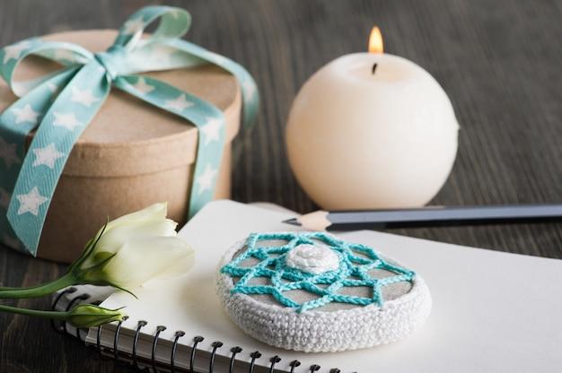 Contenitore di regalo con il nastro della stella sulla tavola rustica scura