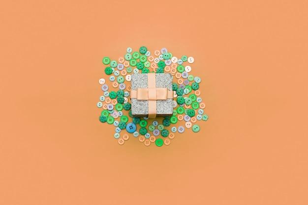 Contenitore di regalo decorativo con uno sfondo colorato.
