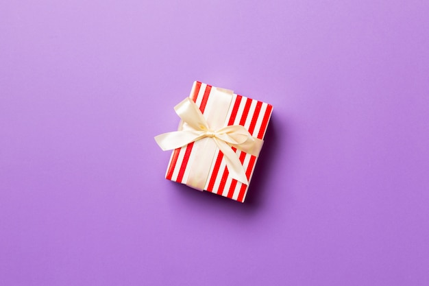 Contenitore di regalo del biglietto di s. valentino sulla vista colorata e superiore