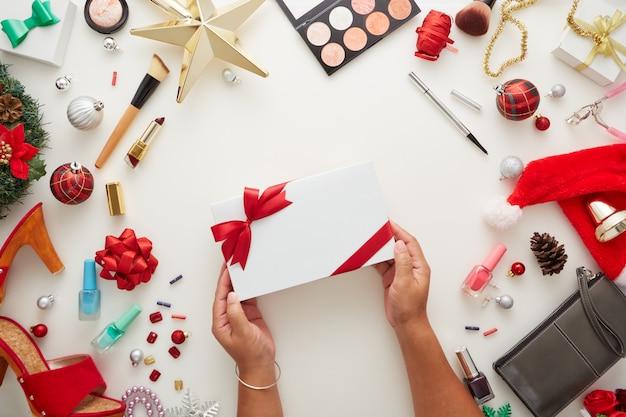 Contenitore di regalo della holding della mano della donna delle decorazioni di natale