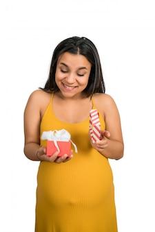 Contenitore di regalo della holding e di apertura della donna incinta.