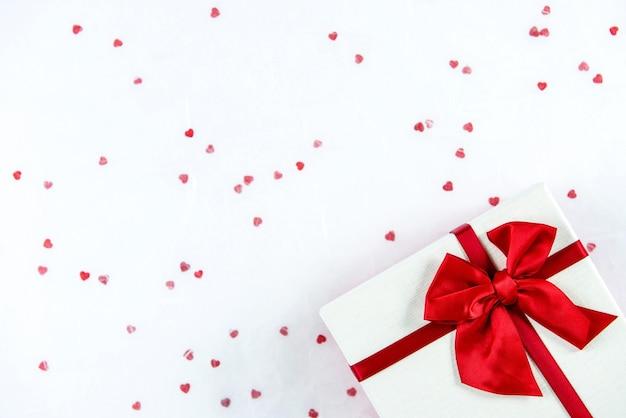 Contenitore di regalo di cerimonia nuziale o di san valentino sulla priorità bassa del libro bianco