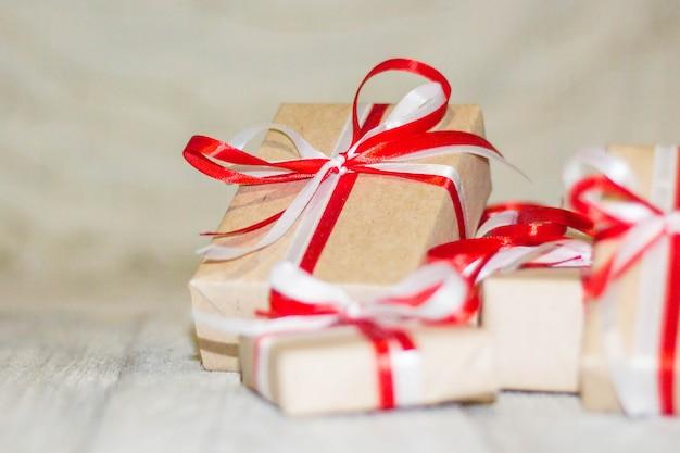 Contenitore di regalo di natale contro la priorità bassa del bokeh. biglietto di auguri vacanze