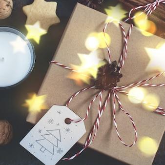 Contenitore di regalo di natale e decorazioni di festa su priorità bassa nera