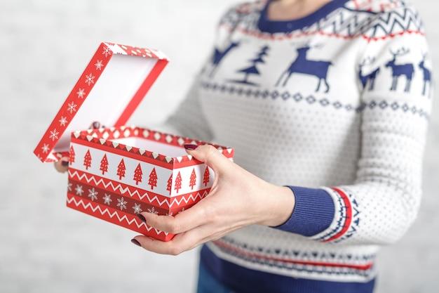 Contenitore di regalo di natale in mani femminili