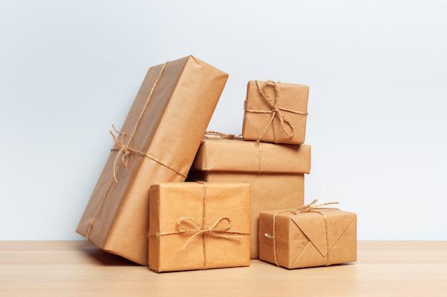 Contenitore di regalo di natale sul tablet