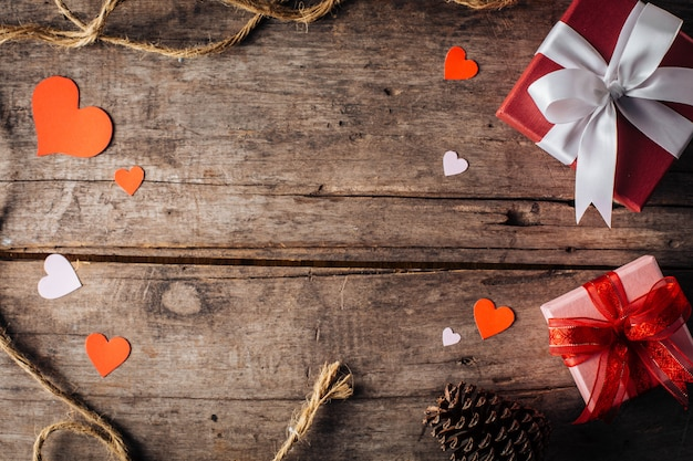 Contenitore di regalo di san valentino su fondo di legno