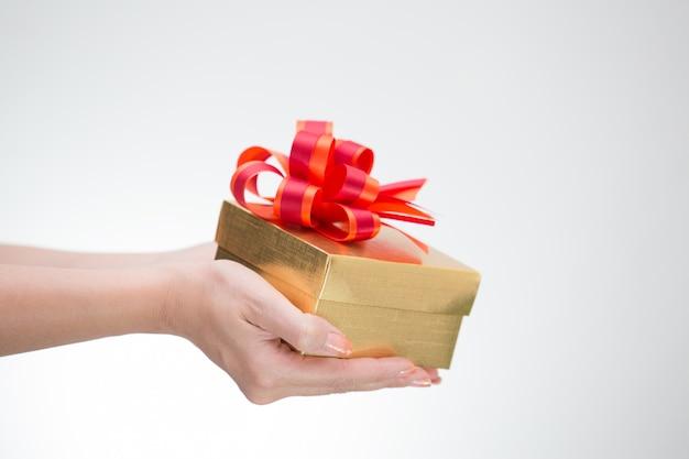 Contenitore di regalo dorato hoding della mano della donna
