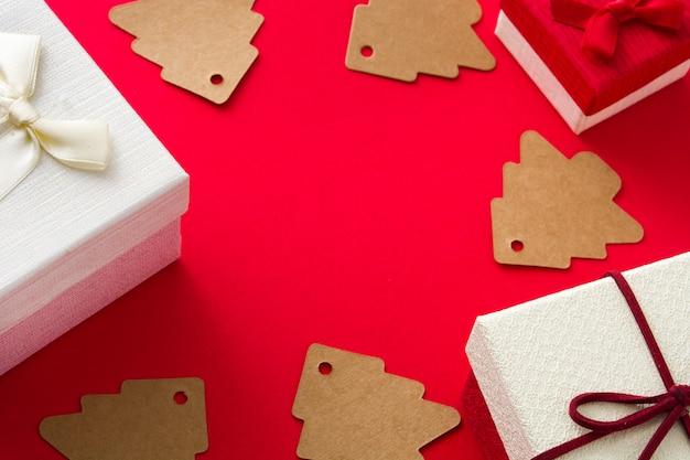 Contenitore di regalo e natale bianchi su rosso. copia spazio