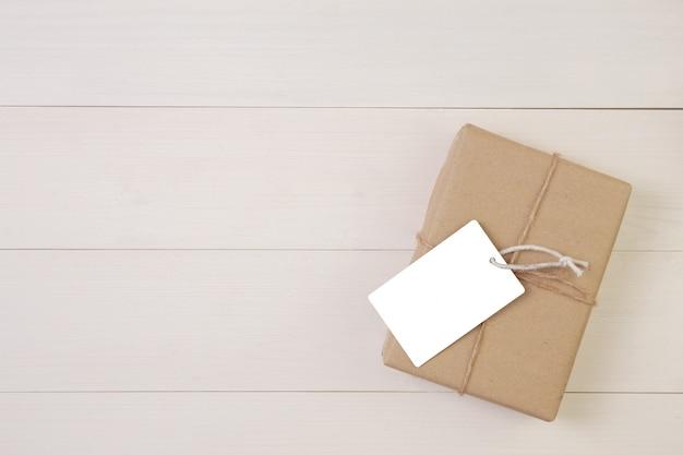 Contenitore di regalo ed etichetta su fondo di legno con romantico