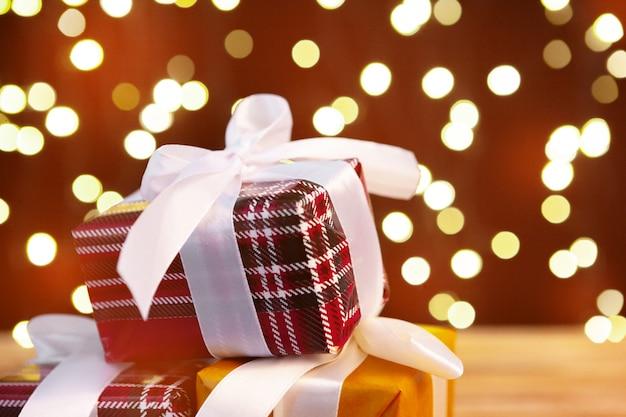 Contenitore di regalo festivo sulla tavola di legno