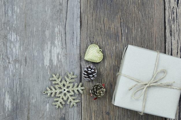Contenitore di regalo marrone sul pavimento di legno e ha lo spazio della copia.