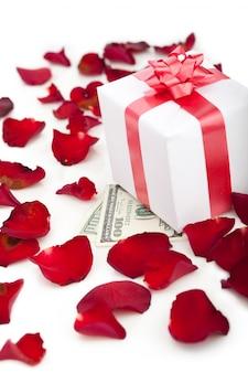 Contenitore di regalo, petali di rosa su bianco.