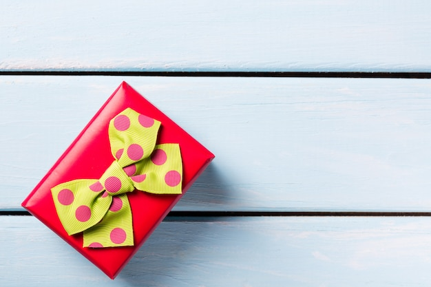 Contenitore di regalo rosso con bella vista dall'alto di farfalla