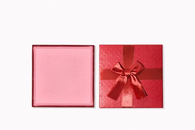 Contenitore di regalo rosso isolato su priorità bassa bianca