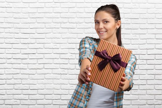 Contenitore di regalo sorridente della tenuta della donna
