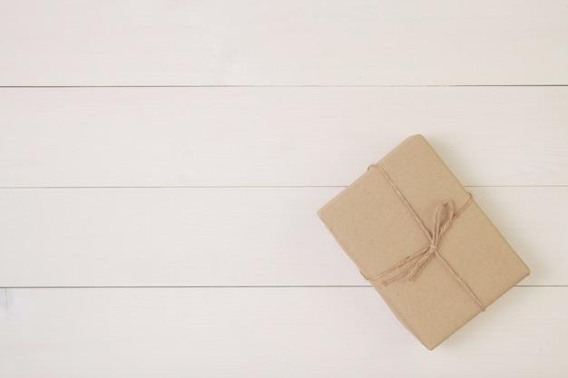 Contenitore di regalo su fondo di legno con romantico