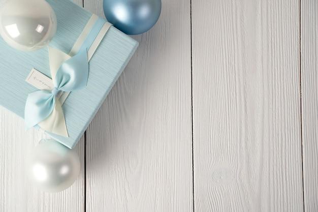 Contenitore di regalo su fondo di legno