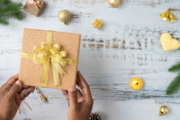 Contenitore di regalo umano di natale della stretta della mano con la priorità bassa delle decorazioni di natale sulla scheda bianca