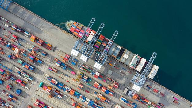 Contenitore di trasporto della nave porta-container di vista aerea nell'affare import export logistico e trasporto.