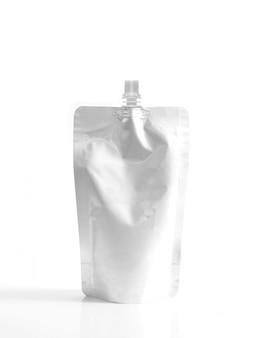 Contenitore in alluminio per alimenti liquidi o bevande su bianco. riempimento busta di plastica vuota con tappo.
