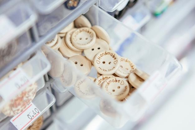 Contenitore in plastica con bottoni in legno per arti e mestieri