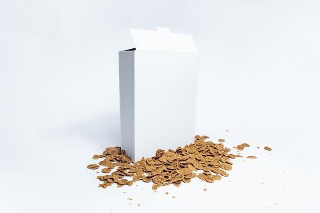Contenitore per cereali generico bianco,. pacchetto in bianco della prima colazione del cartone su bianco