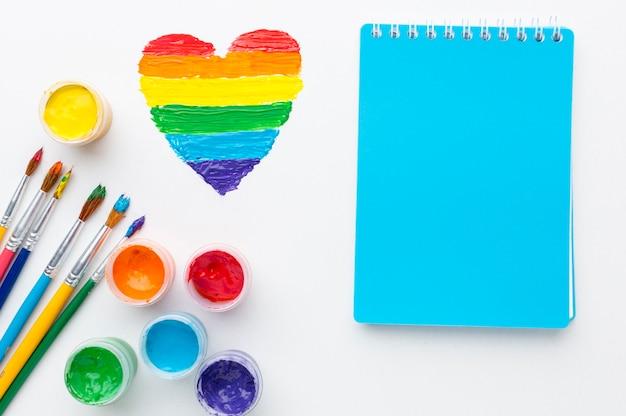 Contenitori arcobaleno di vernice per orgoglio amore e blocco note