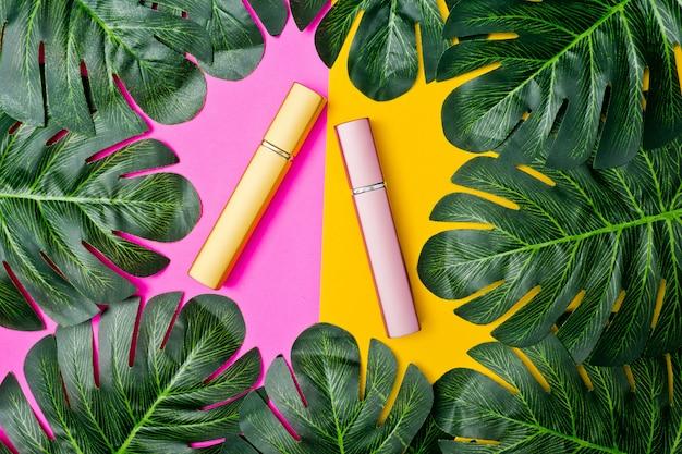 Contenitori di bottiglia di cosmetici naturali su carta colorata, bottiglia vuota, prodotto di bellezza naturale per la cura della pelle, concetto di prodotto di bellezza