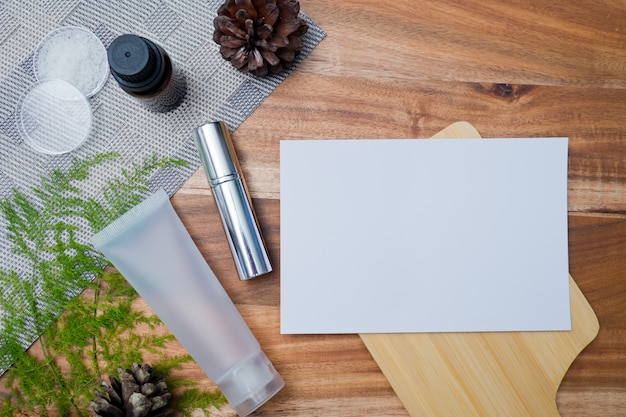 Contenitori di bottiglia di cosmetici naturali su sfondo di carta colorata