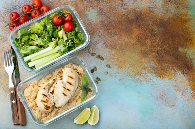 Contenitori di preparazione pasti sani.