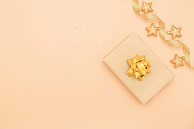 Contenitori di regali su fondo dorato per il compleanno, natale o cerimonia di nozze