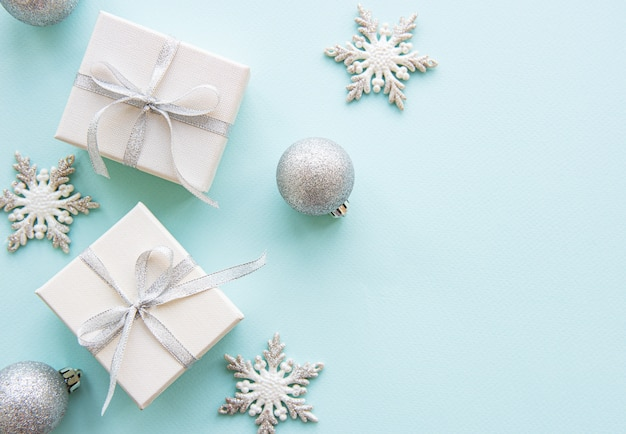 Contenitori di regalo bianchi di festa di natale su priorità bassa blu