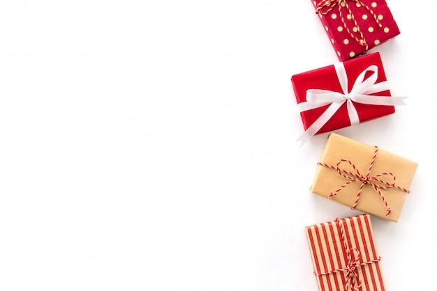 Contenitori di regalo della festa del nuovo anno e di natale su fondo bianco, progettazione creativa del confine di idea