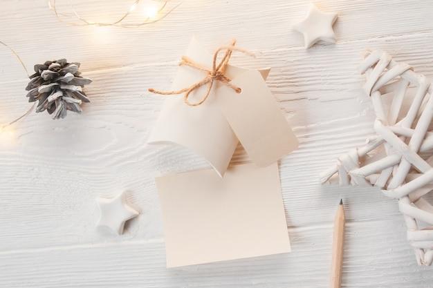 Contenitori di regalo di natale kraft con etichetta su legno