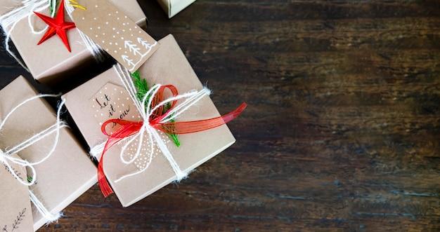 Contenitori di regalo di natale su priorità bassa di legno