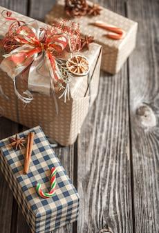 Contenitori di regalo di natale sulla tabella di legno