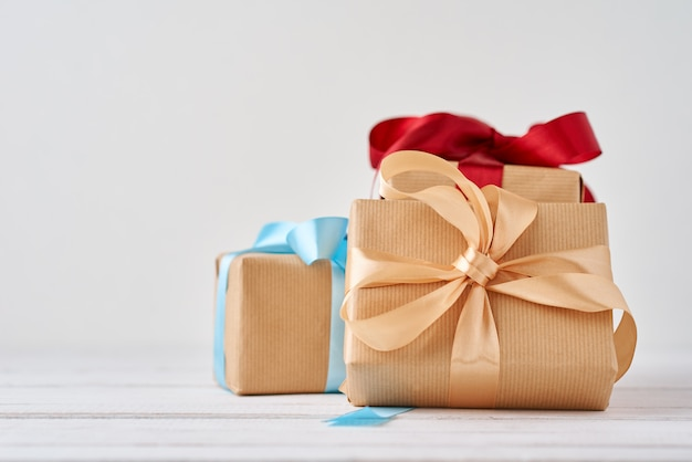 Contenitori di regalo in carta del mestiere su un bianco