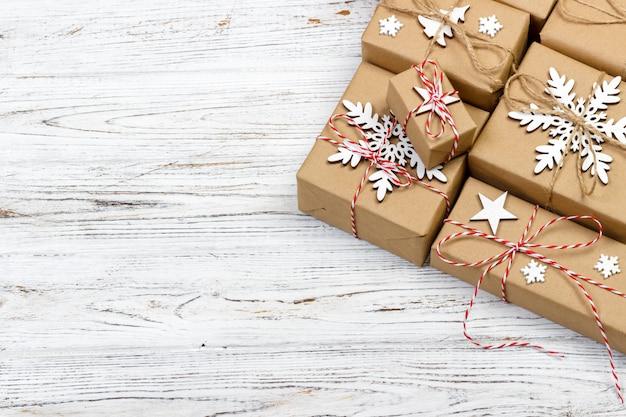 Contenitori di regalo su fondo di legno leggero con la vista superiore dello spazio della copia