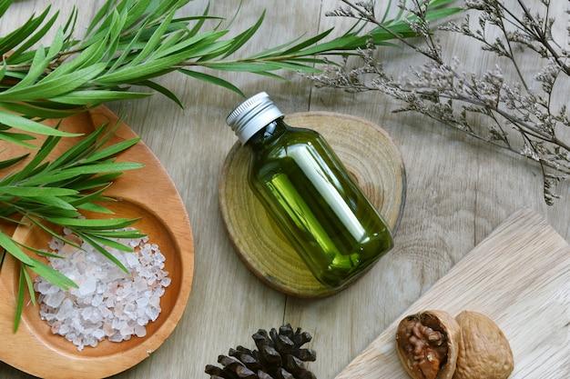 Contenitori per bottiglie cosmetici confezionati con foglie di erbe verdi