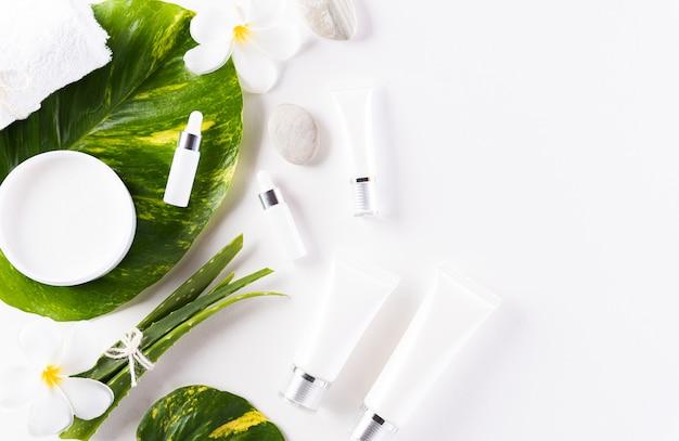 Contenitori per bottiglie cosmetici, crema per la pelle con foglie di erbe verdi