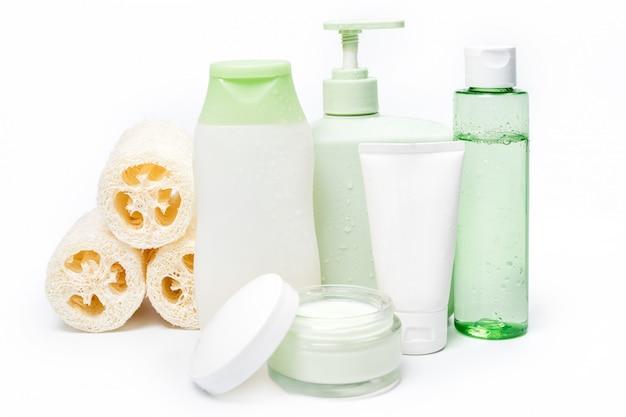 Contenitori per cosmetici, confezione per etichette in bianco per il branding del mock-up. crema idratante, sapone liquido o shampoo, tonico, cura della pelle del viso e del corpo. prodotti di bellezza organici verdi naturali.