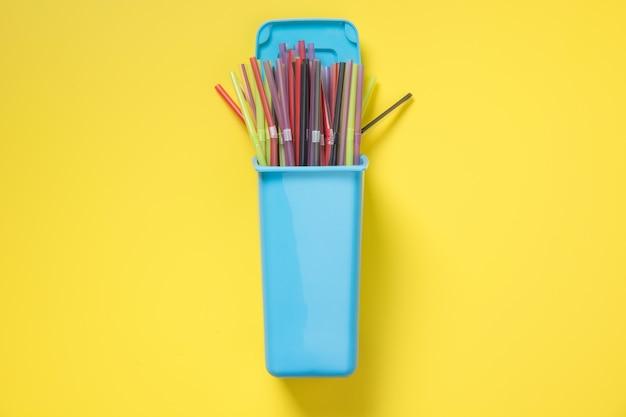 Contenitori per raccolta differenziata rifiuti con paglia di plastica. vista dall'alto. salva il pianeta.