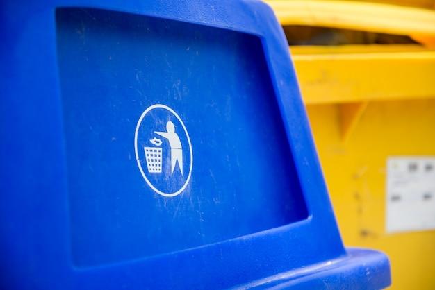 Contenitori per rifiuti colorati