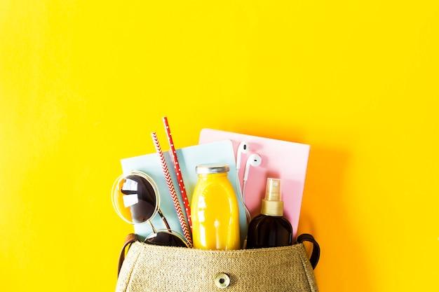 Contenuto della borsa da donna estiva