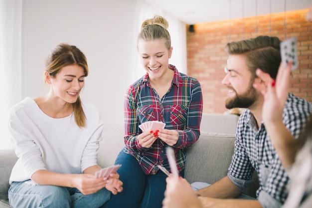 Contenuto di persone che giocano a carte in festa