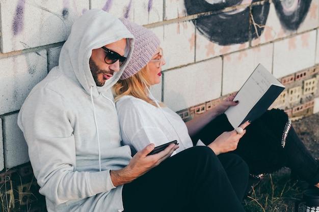 Contenuto di persone che si rilassano con libri e gadget