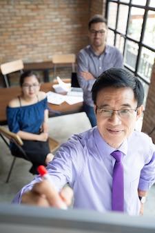 Contenuto senior asiatico esperto dare presentazione
