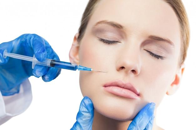 Contenuto splendido modello con iniezione di botox sopra le labbra