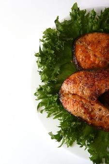 Contorno di salmone fresco con insalata